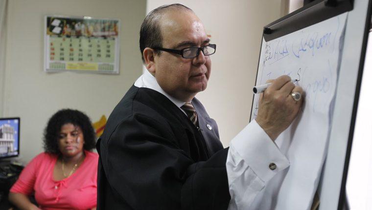 El juez Wálter Villatoro es señalado de cometer negligencia al enviar a reo al Preventivo para Hombres de la zona 18 y no a un hospital. (Foto Prensa Libre: Hemeroteca)