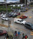 En los alrededores de los centros comerciales es donde se concentrará el mayor tránsito durante esta semana. (Foto Prensa Libre: Esbín García)