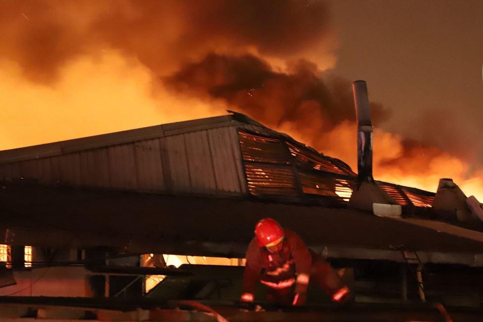 Incendio destruye área de empaque de maquila en la calzada San Juan