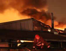 Socorristas sofocan el incendio en una maquila de la calzada San Juan. (Foto: Bomberos Municipales)
