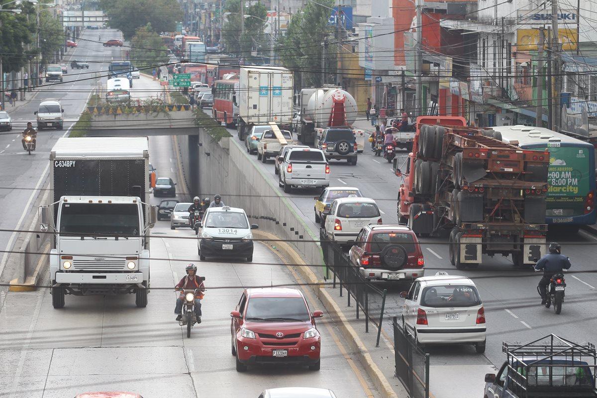 Las modificaciones son para permitir la circulación del transporte pesado en la capital los sábados. (Foto Prensa Libre: Hemeroteca PL)