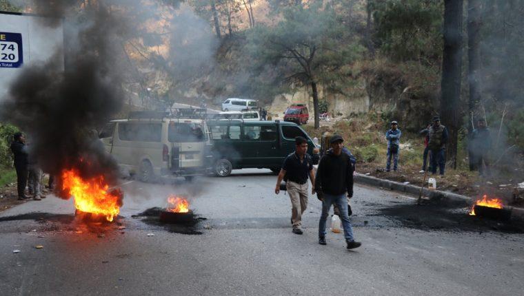 Transportistas bloquean puente El Canchó en Santa Cruz del Quiché. (Foto Prensa Libre: Héctor Cordero).