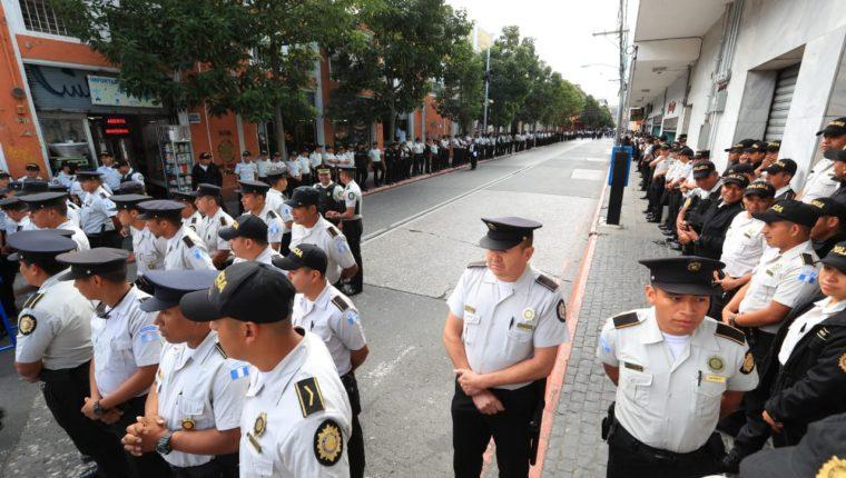 Cientos de policías fueron destacados a las afueras del Congreso y el Palacio Nacional de la Cultura mientras el presidente Jimmy Morales presentaba su informe de Gobierno. (Foto Prensa Libre: Carlos Hernández)