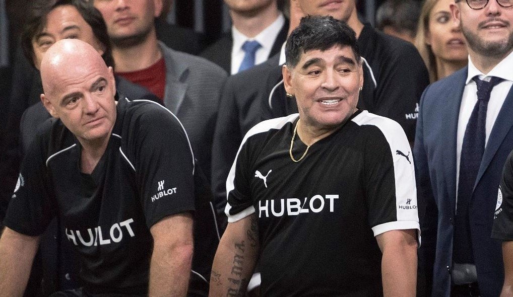 El presidente de la FIFA, Gianni Infantino, Diego Armando Maradonay el francés Christian Karembeu posan antes de disputar un partido amistoso organizado por una marca de relojes. (Foto Prensa Libre: EFE)