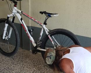 Antonio Paduá revisa su bicicleta que le fue entregada. (Foto Prensa Libre: Cristian Soto).