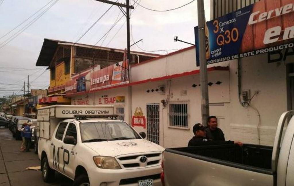 Los operativos se realizaron en varios negocios de venta de bebidas alcohólicas. (Foto Prensa Libre: MP)