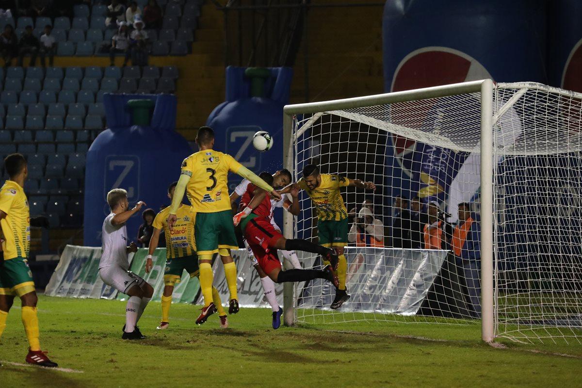 Aarón Navarro evita el segundo gol de Comunicaciones, tras un cabezazo de Rubén Morales. (Foto Prensa Libre: Érick Ávila)