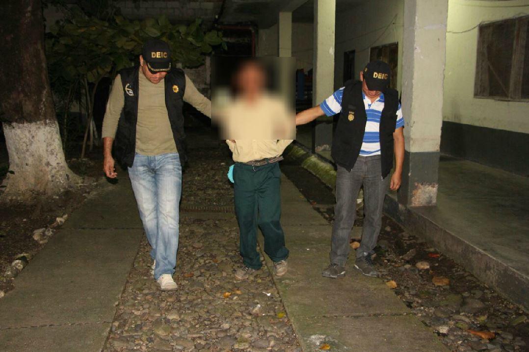 Investigadores conducen al hombre, sindicado de haber violado a su hijastra, en Gualán, Zacapa. (Foto Prensa Libre: Mario Morales)