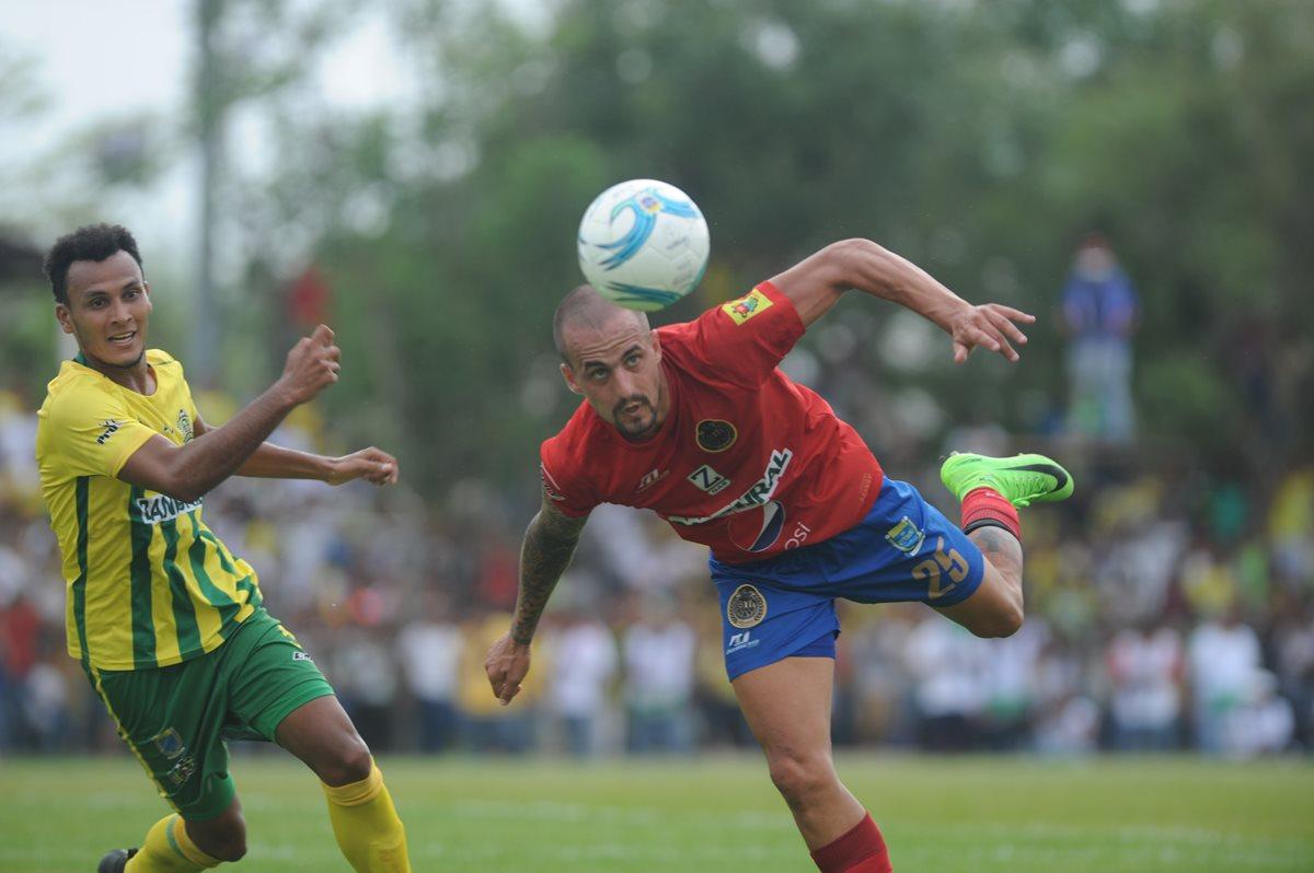 Los aficionados de Municipal agradecieron a Pablo Mingorance por su entrega en el terreno de juego. (Foto Prensa Libre: Hemeroteca PL).