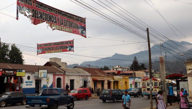 Vecinos y comerciantes colocaron mantas de vinil con advertencia, en la 19 avenida, zona 3 de Quetzaltenango. (Foto Prensa Libre: Carlos Ventura).