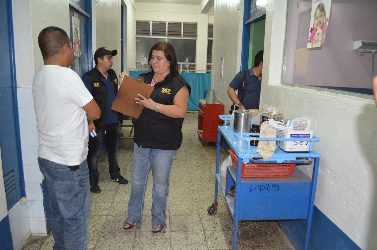 Agentes del MP entrevistan a agente investigador, en el Hospital Nacional de Retalhuleu. (Foto Prensa Libre: Jorge Tizol)