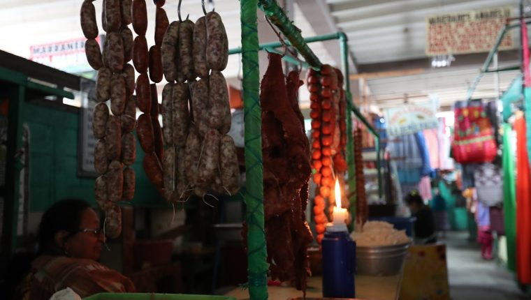 Comerciantes del mercado La Democracia se vieron afectados con el corte de energía que duró 80 horas en Xela. (Foto Prensa Libre: Fred Rivera)