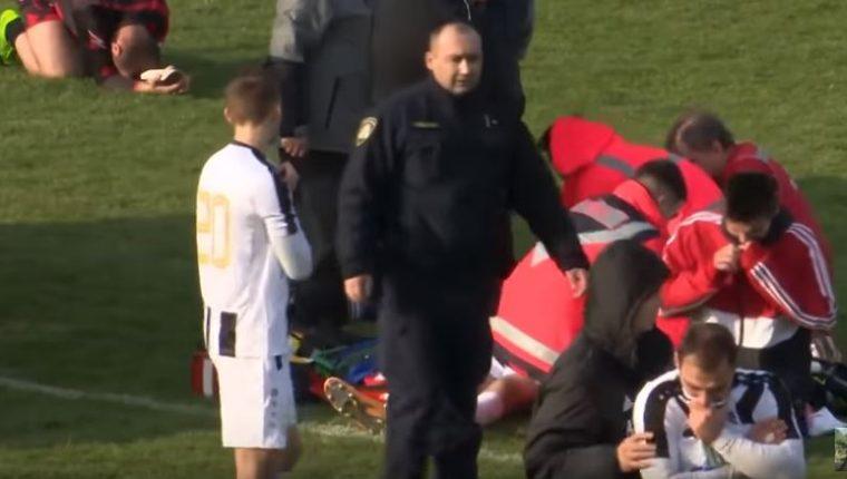 Mientras los médicos trataban de reanimar a Bruno Boban, los jugadores mostraban su conmoción y tristeza por lo ocurrido. (Foto Prensa Libre: Captura de Pantalla Youtube)