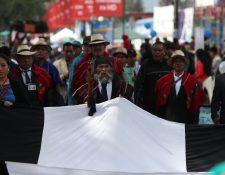 Los alcaldes indígenas de nueve municipios de Quetzaltenango desfilaron este 15 de septiembre contra el presidente Jimmy Morales y contra la corrupción. (Foto Prensa Libre: Mynor Toc)