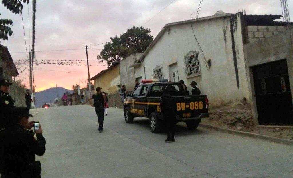 Agentes de la Policía Nacional Civil rodean viviendas allanadas en Rabinal. (Foto Prensa Libre: Cortesía)
