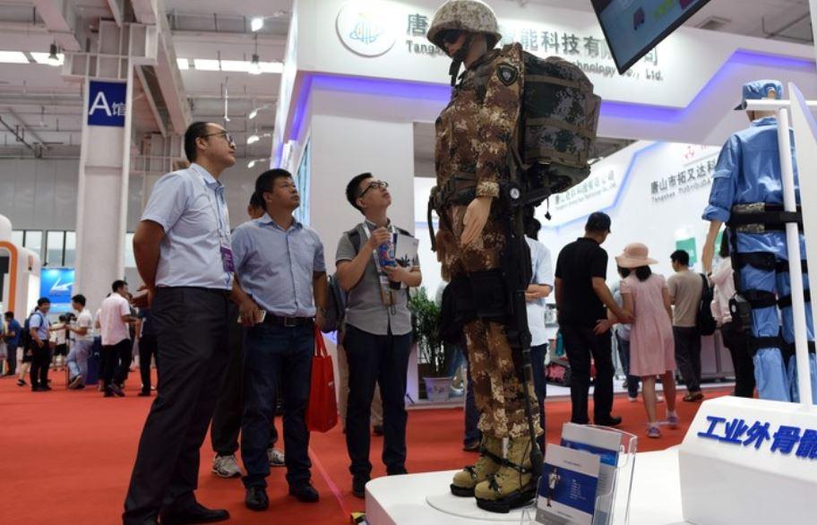 Un exoesqueleto exhibido en el Congreso Mundial de Robots. (Foto Prensa Libre: AFP)