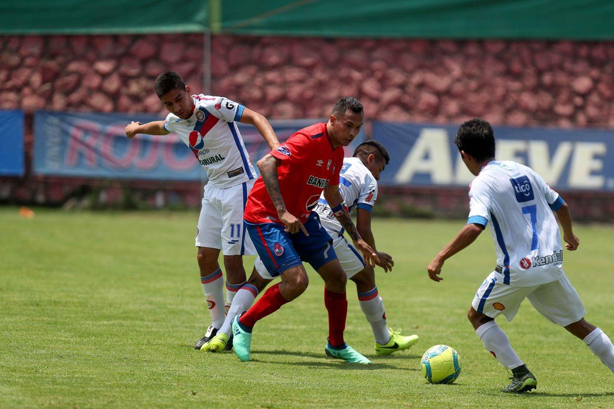 Blas Pérez intenta controlar el balón mientras que Édgar Macal de Xelajú MC lo presiona. (Foto Prensa Libre: Carlos Vicente)