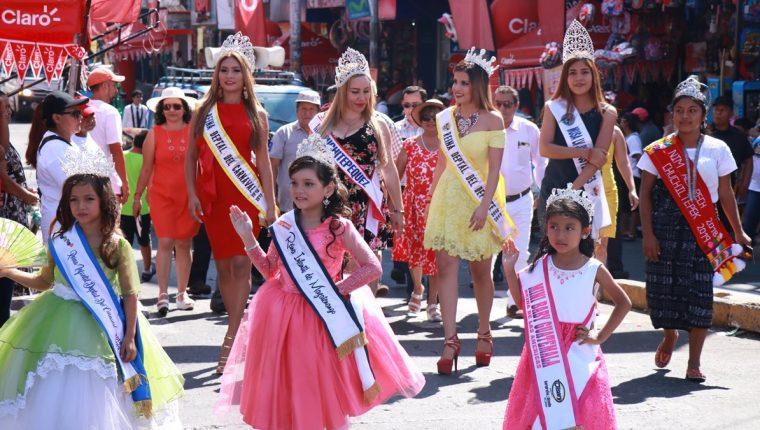 Las reinas electas encabezaron el desfile que recorrió las calles de Mazatenango para luego culminar en el campo donde se ubican los juegos mecánicos. (Foto Prensa Libre: Cristian Icó Soto)