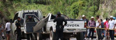 Agentes de la PNC resguardan el lugar donde se produjo el accidente de tránsito. (Foto Prensa Libre: Hugo Oliva)