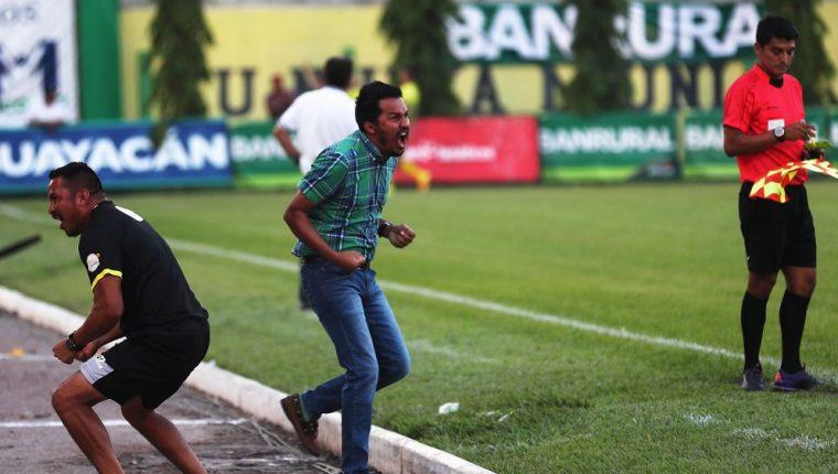 El estratega guatemalteco Amarini Villatoro ganó la serie frente a Cobán, en el juego de ida en Guastatoya. (Foto Prensa Libre: Edwin Fajardo)