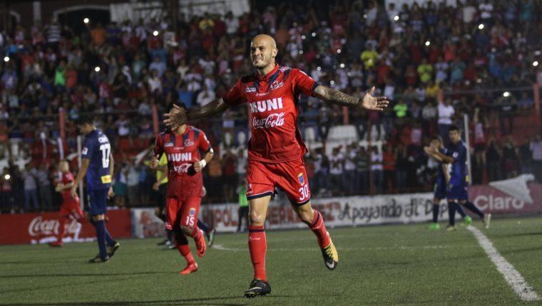 Anllel Porras celebra después de anotar uno de los goles de Malacateco contra contra Municipal. (Foto Prensa Libre: Raúl Juárez).