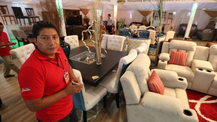 Oscar Rac exhibe sus productos en Expomueble, quien ha fabricado muebles para artistas reconocidos en Estados Unidos. (Foto Prensa Libre: Esbin García)