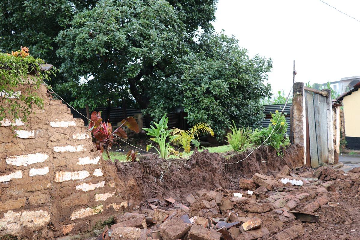El muro de una vivienda en Chichicastenango cayó por el sismo del jueves. (Foto Prensa Libre: Héctor Cordero)