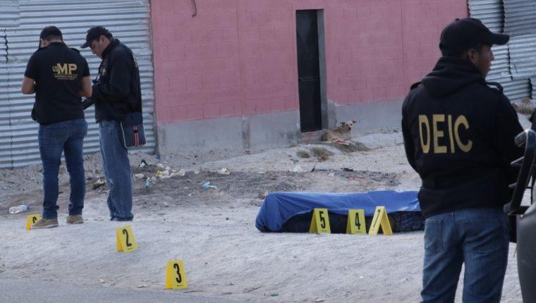 En el lugar quedaron varios casquillos de bala que recabaron los peritos del Ministerio Público.(Foto Prensa Libre:Víctor Chamalé)