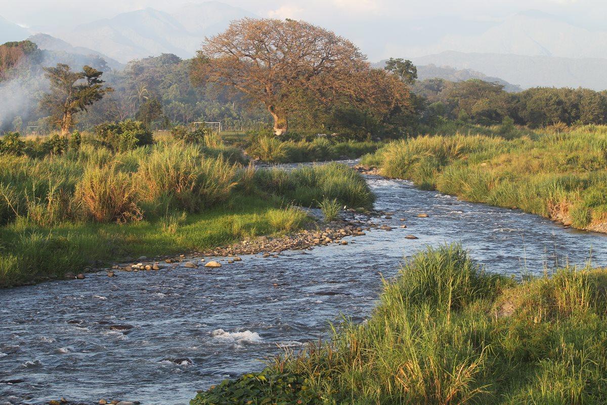 Río Madre Vieja, a su paso por la aldea San Juan Bautista, Suchitepéquez. (Foto Prensa Libre: Álvaro Interiano)
