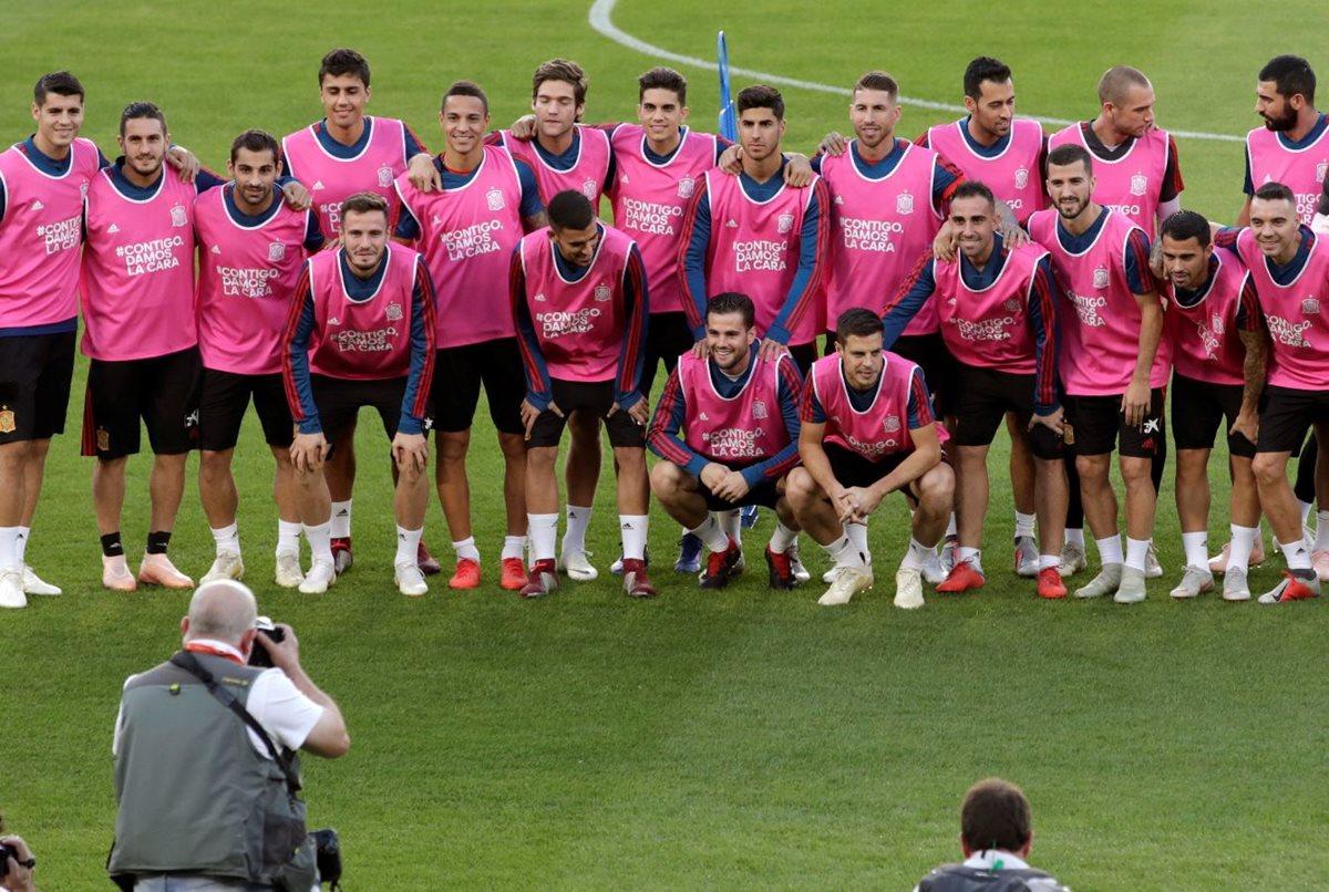 Los jugadores de la selección de España, visten de rosa en apoyo a la lucha contra el cáncer, durante la sesión de entrenamiento en el estadio Benito Villamarín, en Sevilla. (Foto Prensa Libre: EFE).