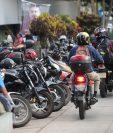 Motoristas transitan en el paso peatonal frente un edificio académico y en espacios peatonales, en el campus central de la Usac, zona 12. (Foto Prensa Libre: Erick Ávila)