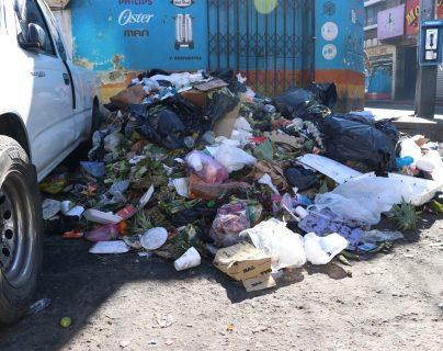 Basura acumulada en las cercanías del mercado La Democracia, zona 3 de Xela. (Foto Prensa Libre: María Longo)