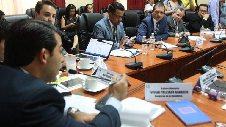 Reunión donde el ministro de Gobernación, Francisco Rivas, confirmó a diputados de UNE la existencia de una investigación sobre un cuerpo de espionaje. (Foto Prensa Libre: Hemeroteca PL)