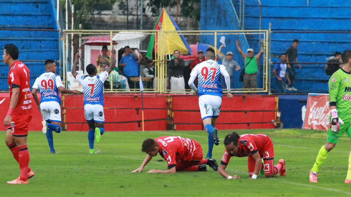 Jorge Dos Santos festeja el primer gol de Suchitepéquez. (Foto Prensa Libre: Cristian Soto)
