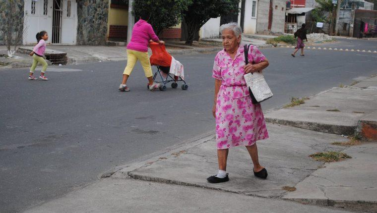 Humbertina de 86 años cuando se dirige a la escuela.(Foto Prensa Libre:cortesía)