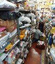 Trabajadores realizan inventario en el almacén de paquetes en el edificio de Correos, zona 1 . El servicio se reanudara el 8 de enero. (Foto Prensa Libre: Esbin García)