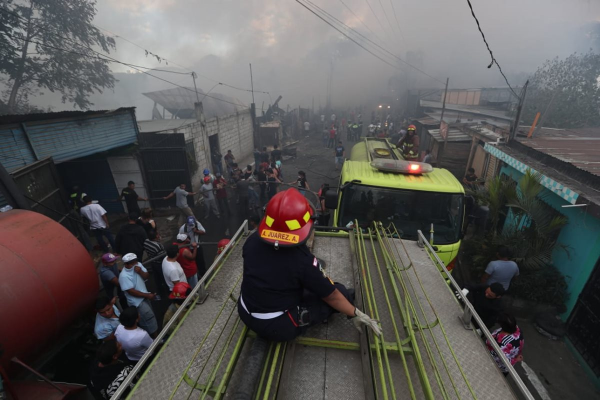 Una bodega de neumáticos se incendió en Sacoj Chiquito, zona 6 de Mixco.(Foto Prensa Libre: Carlos Ovalle)