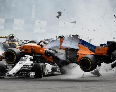 El piloto español Fernando Alonso choca con Charles Leclerc, en el Gran Premio de Bélgica. (Foto Prensa Libre: AFP)