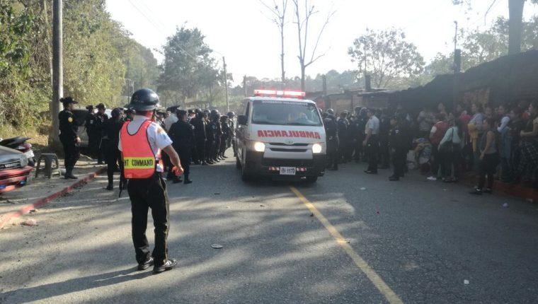 Los disturbios ocurrieron en las afueras del Preventivo para Varones de la zona 18. (Foto Prensa Libre: Estuardo Paredes).