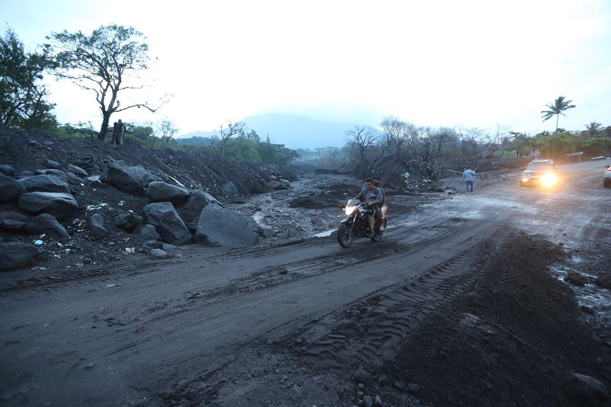 Automovilistas circulan por la Ruta Nacional 14 que se vio afectada por las recientes lluvias. (Foto Prensa Libre: Érick Ávila)