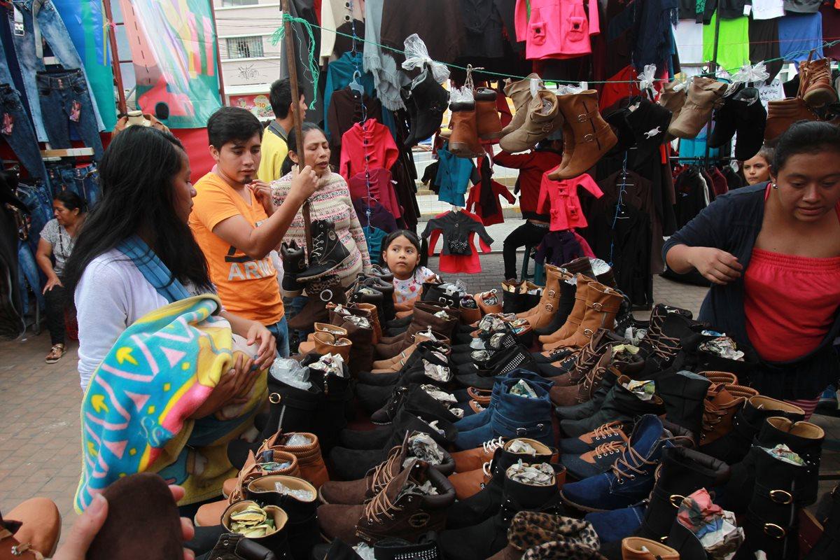 Las actividades de comercio y consumo en general se incrementarán en la primera y segunda semana de diciembre por el pago del aguinaldo. (Foto Prensa Libre: Hemeroteca)