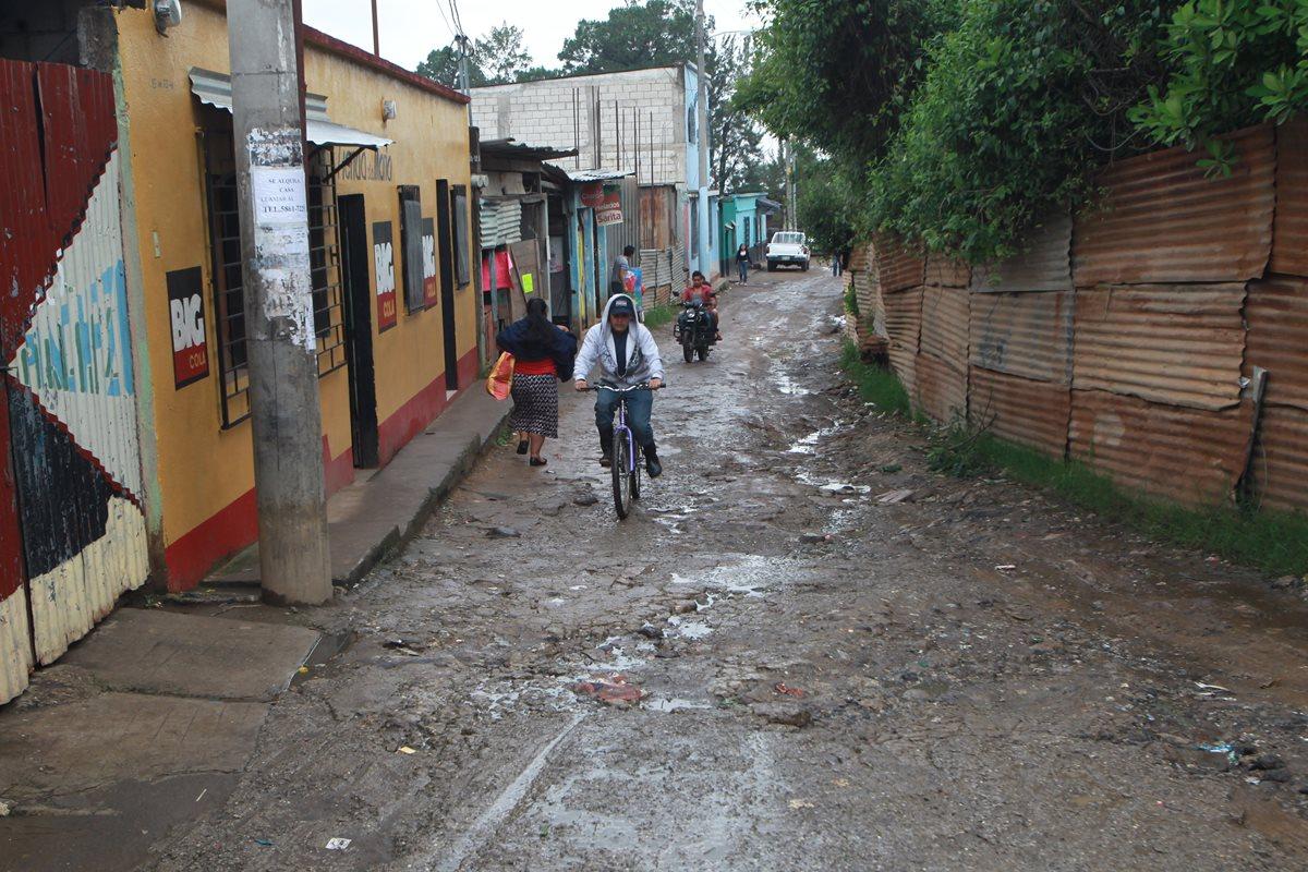 Los vecinos de Sacoj Grande están cansados de vivir con los desagües a flor de tierra. (Foto Prensa Libre: Érick Ávila)