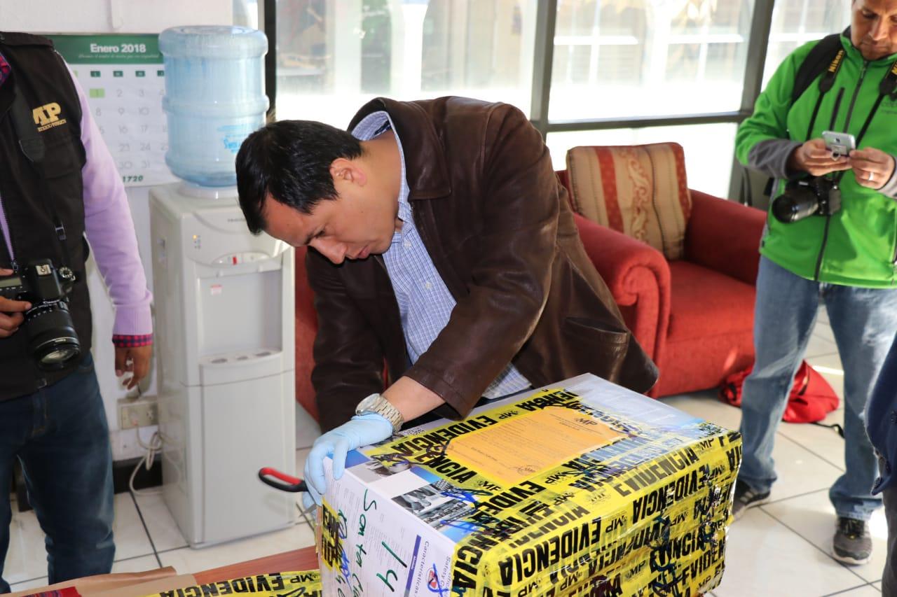 El Ministerio Público embaló la imagen de la Ascensión del Señor, robada a punta de pistola el miércoles en Chichicastenango. (Foto Prensa Libre: Héctor Cordero)