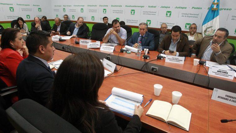 Diputados de la Comisión de Finanzas escuchan a representantes de las oenegés. (Foto Prensa Libre: Estuardo Paredes)