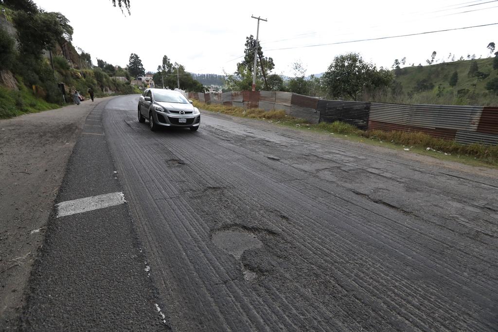 El proyecto vial consiste en la recuperación de la cinta asfáltica de 13 kilómetros, de las Rosas, zona 5 de Xela al peaje de Zunil. (Foto Prensa Libre: Mynor Toc)