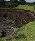Uno de los límites de la finca Palo Verde se desboronó, por el paso del río El Mineral. (Foto Prensa Libre: Víctor Chamalé)