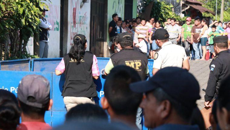 Peritos del Ministerio Público trabajan en la escena del crimen en Samayac, Suchitepéquez. (Foto Prensa Libre: Cristian Icó)