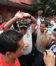 Maestros gritan consignas en las afueras del Congreso. (Foto Prensa Libre: Óscar Rivas)