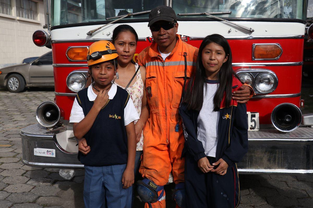 El socorrista Mauricio Martínez junto a su familia en la 17 compañía de Bomberos Voluntarios de Huehuetenango. (Foto Prensa Libre: Mike Castillo)