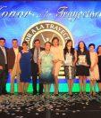 Consejo de Administración, gerente y directora editorial de Prensa Libre posan con colaboradores y columnistas homenajeados. (Foto Prensa Libre: Esbin García)
